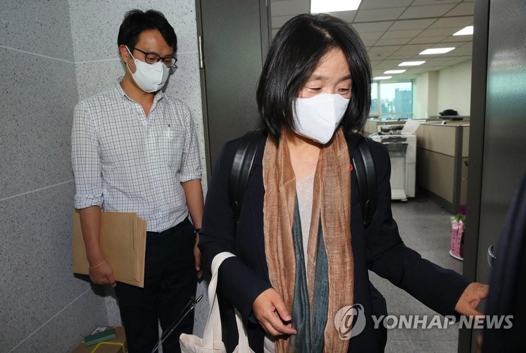 6月1日,在国会议员会馆,共同民主党议员尹美香走出办公室。 韩联社