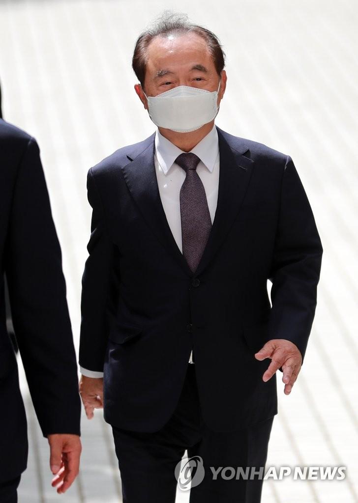 6月2日,在釜山地方法院,涉嫌性骚扰的前釜山市长吴巨敦出庭接受逮捕必要性审查。 韩联社