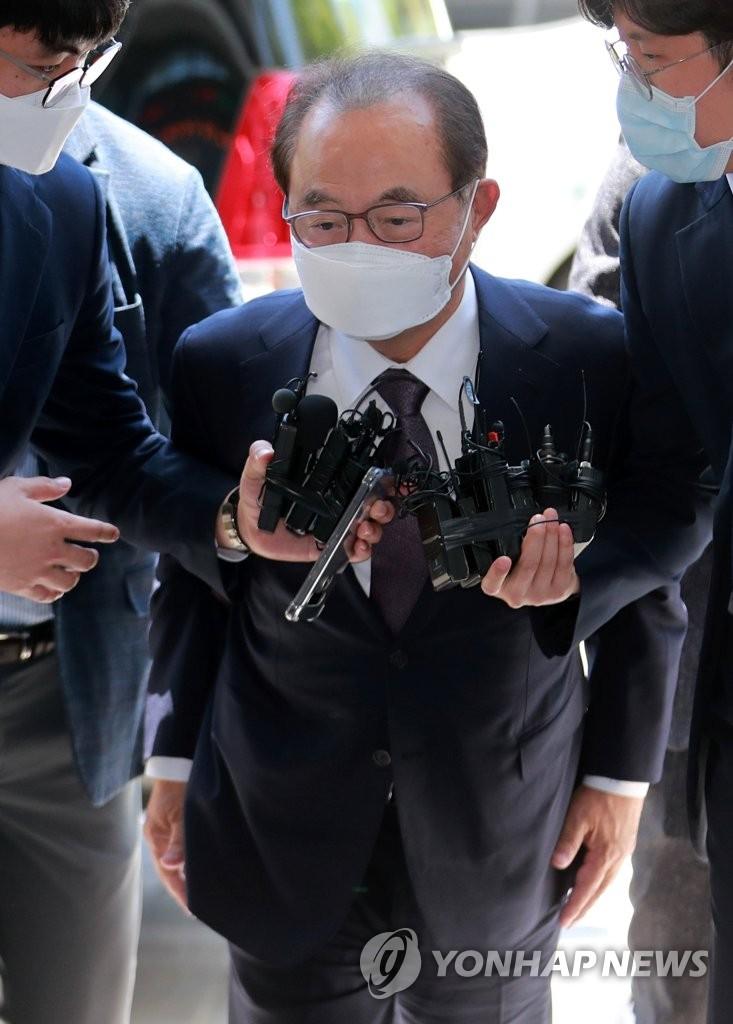 6月2日,涉嫌性骚扰的前釜山市市长吴巨敦接受逮捕必要性审查后走进釜山东莱区警察署。 韩联社