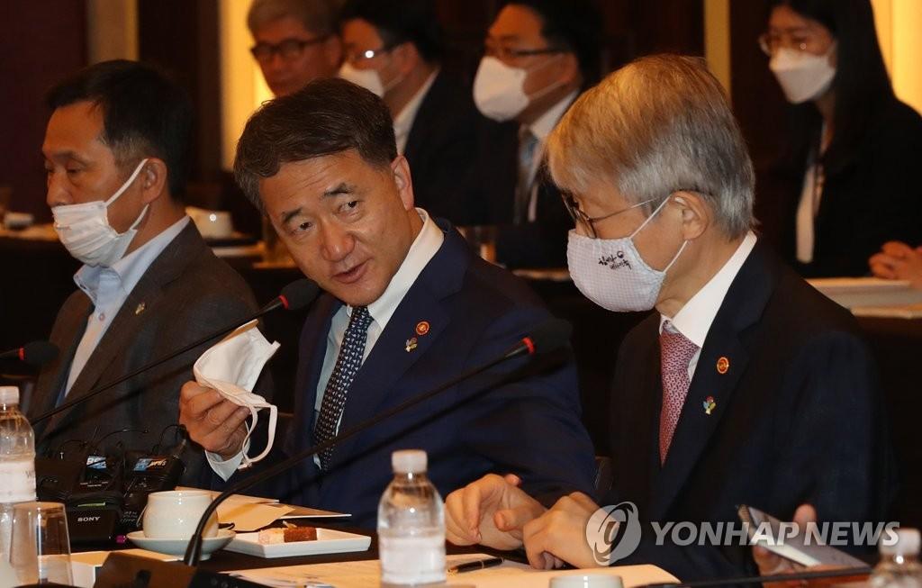 6月3日上午,在首尔威斯汀朝鲜酒店,保健福利部长官朴凌厚(中)和科技部长官崔起荣(右)交谈。 韩联社