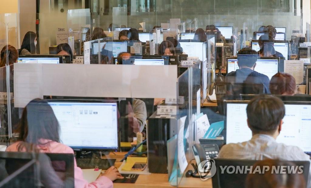 资料图片:设置隔离板办公 韩联社