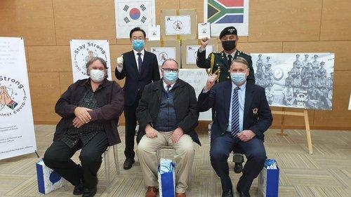 韩国向南非参战老兵赠送口罩