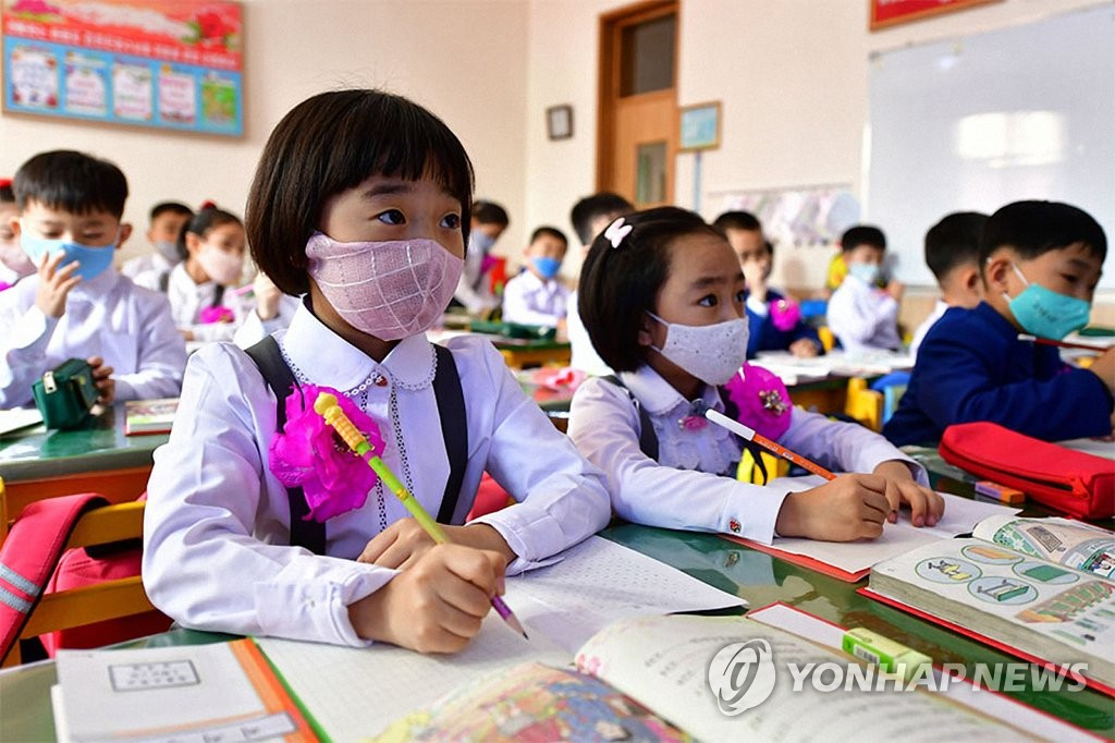 """朝鲜外宣媒体""""回声""""6月4日报道,位于平壤市的一所小学3日开学复课。图为学生们戴口罩认真听讲。 """"回声""""官网截图(图片仅限韩国国内使用,严禁转载复制)"""