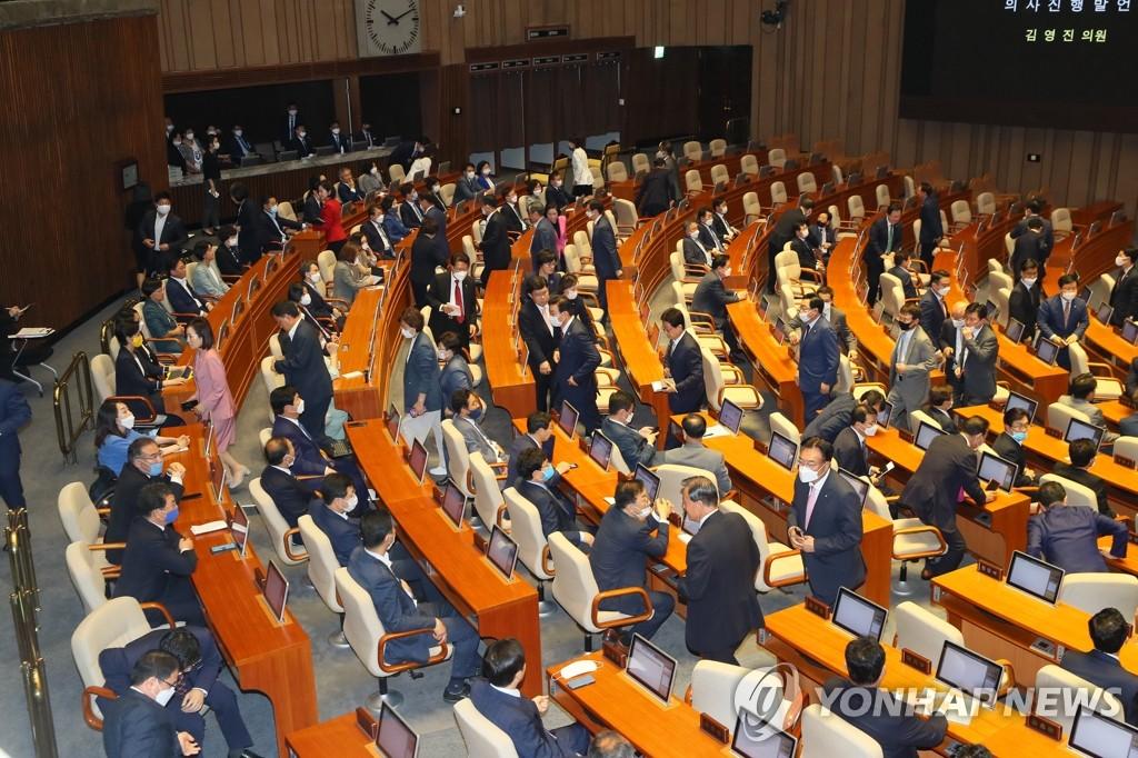 6月5日,在韩国国会,第21届国会举行首场全体会议,最大在野党未来统合党议员们中途退场离开。 韩联社
