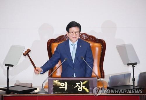 韩第21届国会新任议长敲槌