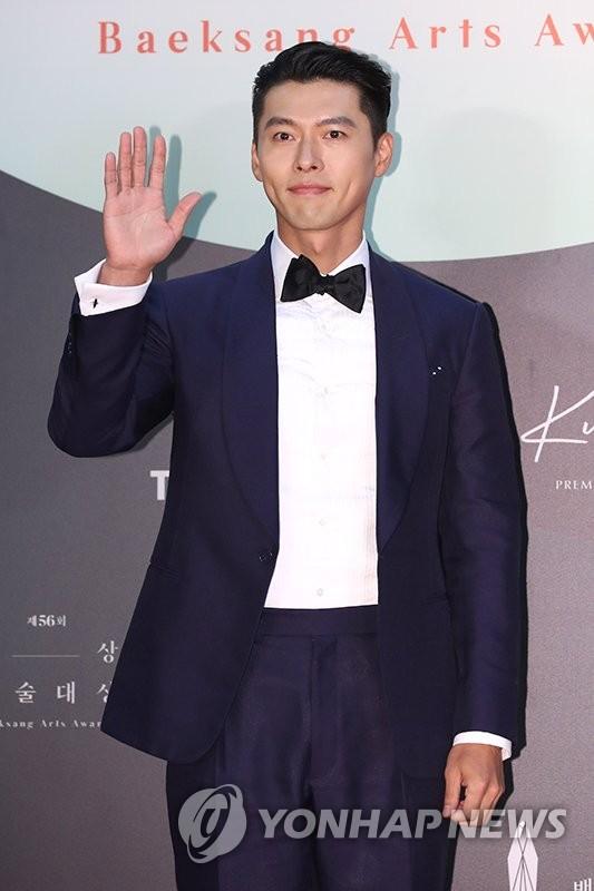 6月5日,第56届百想艺术大赏颁奖礼以无观众的形式在韩国国际会展中心(KINTEX)举行。图为演员玄彬现身红毯,并摆姿势供媒体拍照。 韩联社