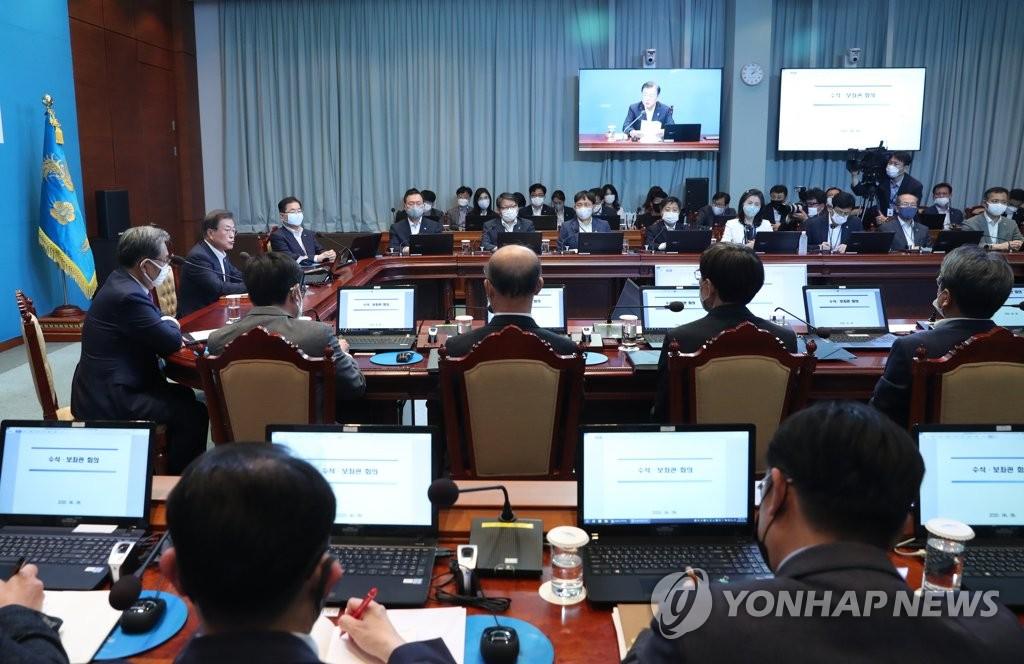 6月8日,在青瓦台,文在寅主持召开首席秘书和辅佐官会议。 韩联社