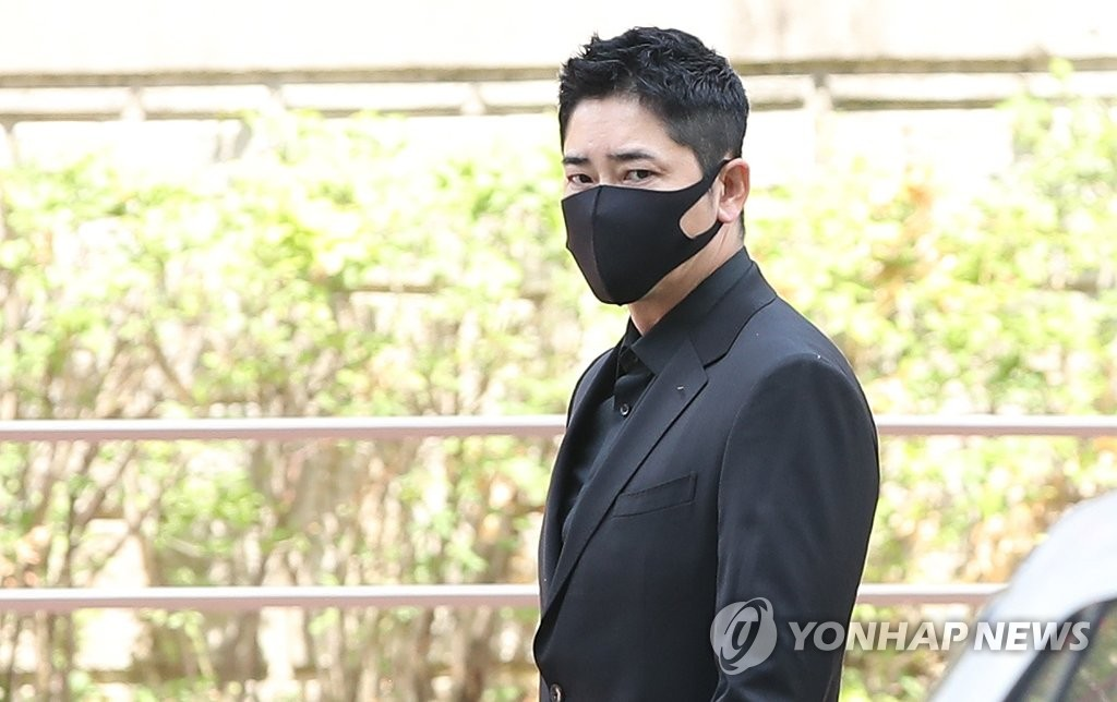 6月11日,在京畿道水原高等法院,演员姜志焕准备出庭受审。 韩联社