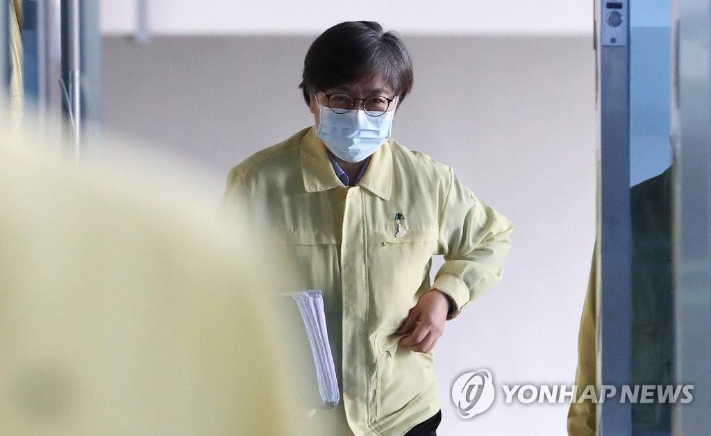 资料图片:韩国中央防疫对策本部本部长郑银敬前往记者会会场。 韩联社