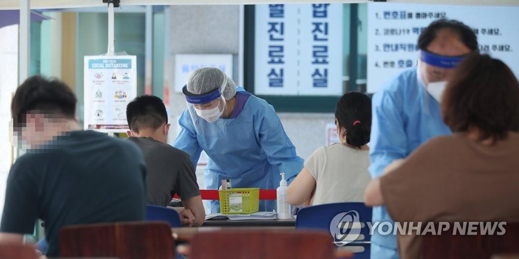资料图片:6月12日,首尔市江南区卫生站的一处筛查诊所,市民在接受检测前填写表单。 韩联社