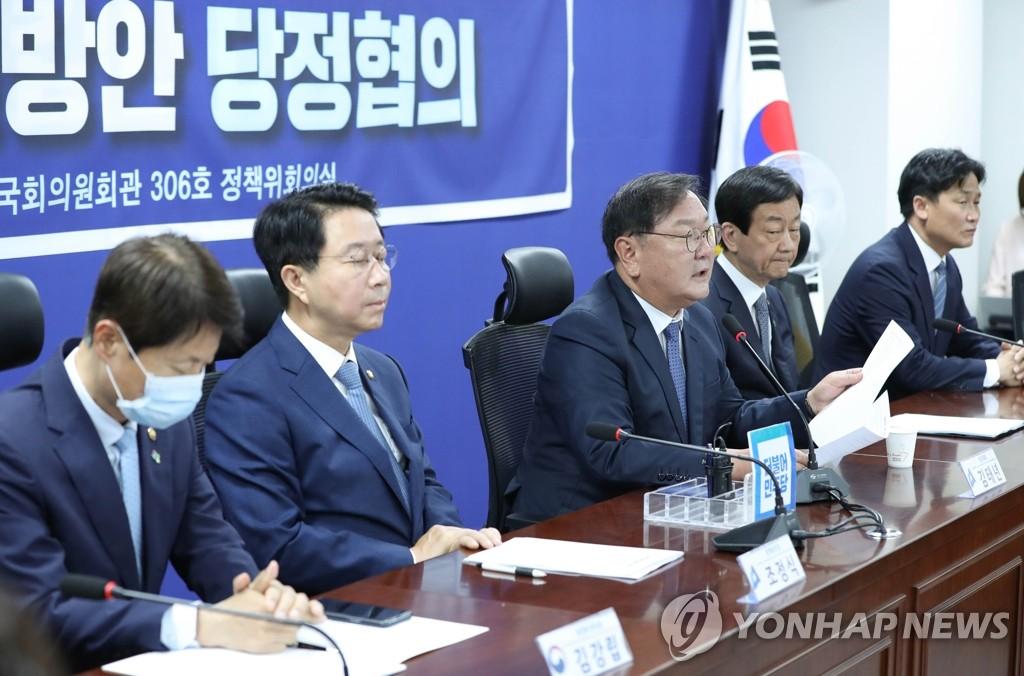 6月15日,在首尔汝矣岛国会议员会馆,民主党党鞭金太年(左三)出席党政青会议并进行发言。 韩联社