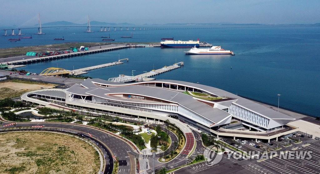 资料图片:6月15日,在仁川市延寿区,仁川新港正式投入使用。图为第一艘客轮驶入新客运站。 韩联社
