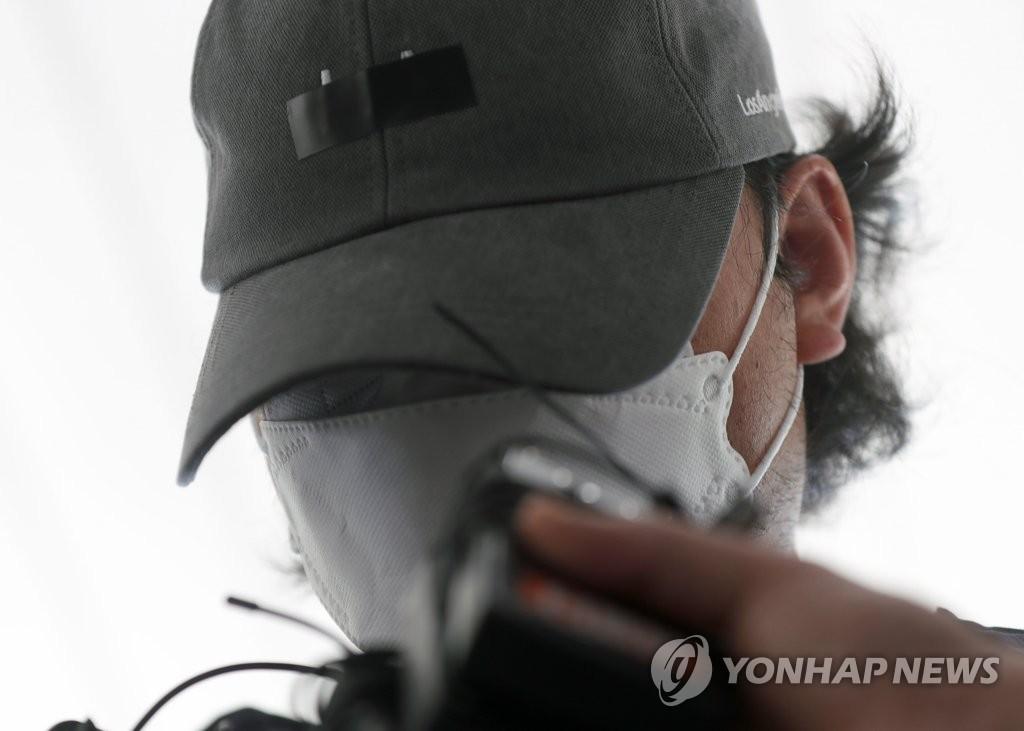 6月15日,在庆尚南道昌原地方法院密阳分院,虐童案嫌犯出庭接受逮捕必要性审查前接受记者提问。 韩联社