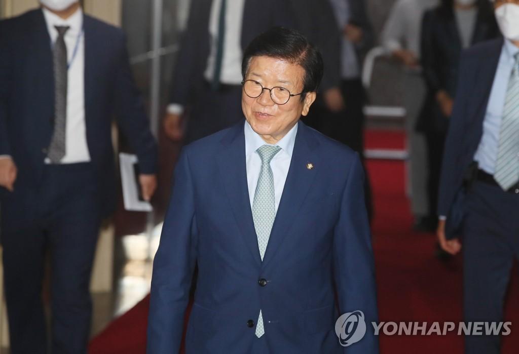 6月15日,在国会,国会议长朴炳锡进入议长室。 韩联社