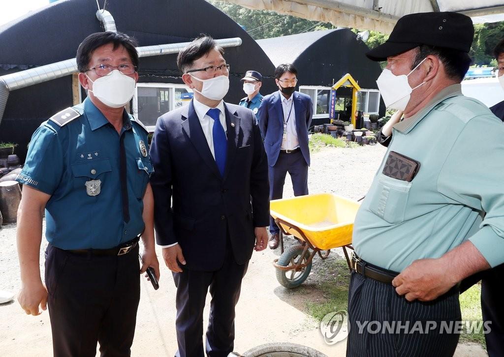 6月16日上午,在江华郡席毛岛,徐虎与当地居民交谈。 韩联社