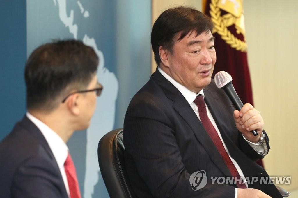 6月17日,在首尔大学,中国驻韩大使邢海明(右)在座谈会上发言。 韩联社