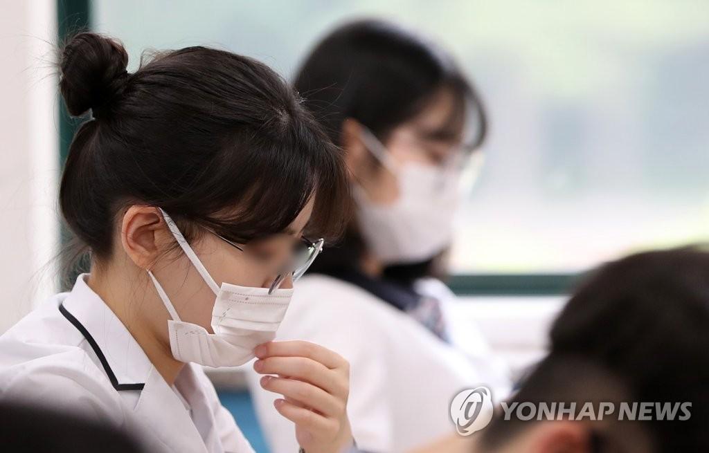 资料图片:佩戴口罩的考生 韩联社