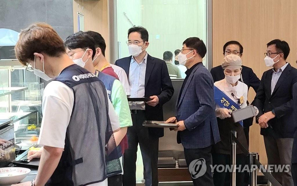 6月19日,在位于京畿道华城市的三星电子半导体研究所,李在镕(左四)与职员们共进午餐。 韩联社/三星电子供图(图片严禁转载复制)