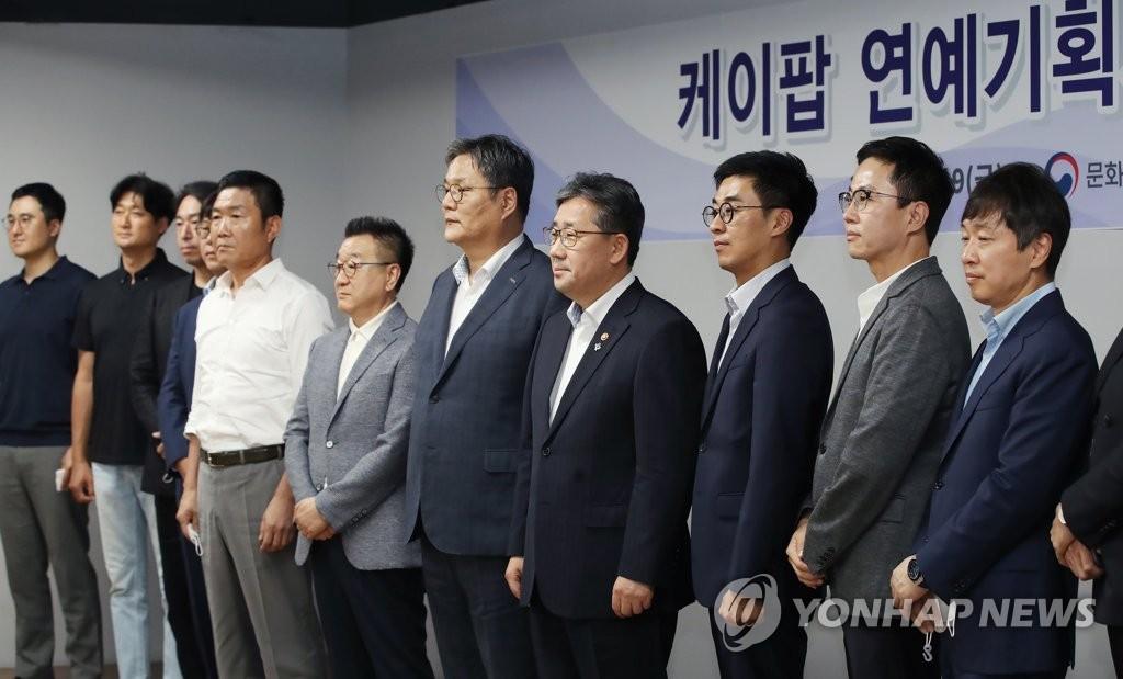 朴良雨(右四)出席演艺音乐界人士座谈会 韩联社