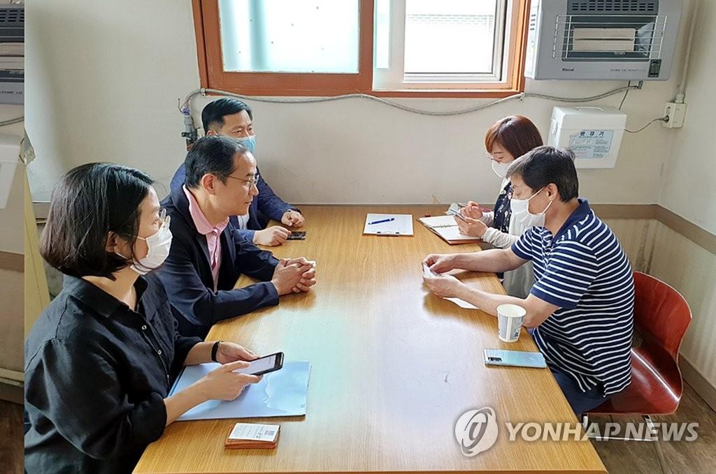 仁川市政府相关人员与脱北者团体面谈。 韩联社/仁川市供图(图片严禁转载复制)