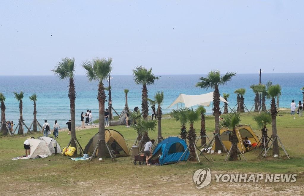 资料图片:济州成露营胜地 韩联社