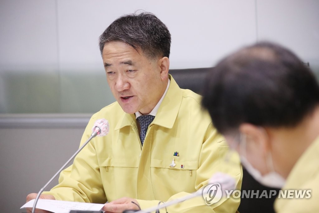 资料图片:中央灾难安全对策本部第一次长、保健福祉部长官朴凌厚在会上发言。 韩联社