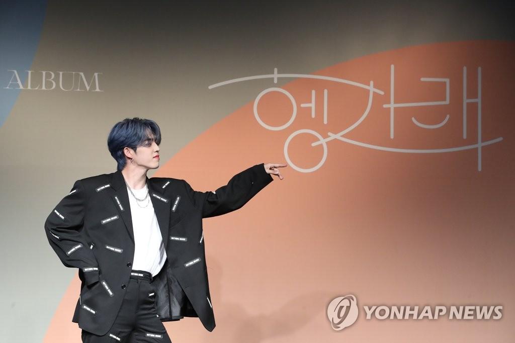 6月22日下午,在首尔COEX洲际酒店,男团SEVENTEEN举行迷你七辑《Heng:garæ》发布会。图为成员S.COUPS摆姿势供拍照。 韩联社