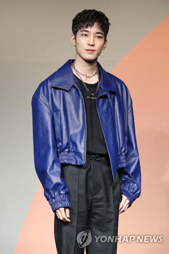 6月22日下午,在首尔COEX洲际酒店,男团SEVENTEEN举行迷你七辑《Heng:garæ》发布会。图为成员Wonwoo摆姿势供拍照。 韩联社