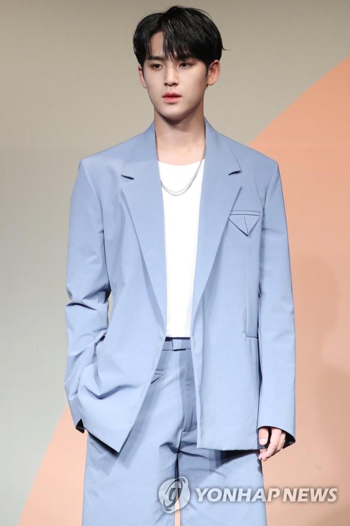 6月22日下午,在首尔COEX洲际酒店,男团SEVENTEEN举行迷你七辑《Heng:garæ》发布会。图为成员Mingyu摆姿势供拍照。 韩联社