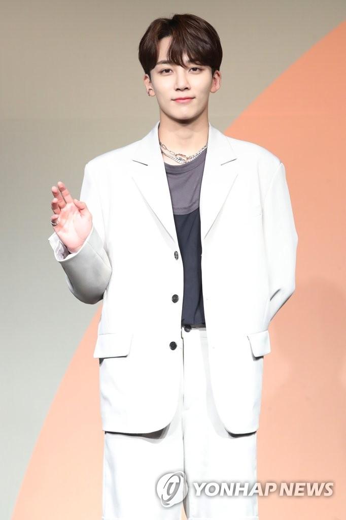 6月22日下午,在首尔COEX洲际酒店,男团SEVENTEEN举行迷你七辑《Heng:garæ》发布会。图为成员Jeonghan摆姿势供拍照。 韩联社