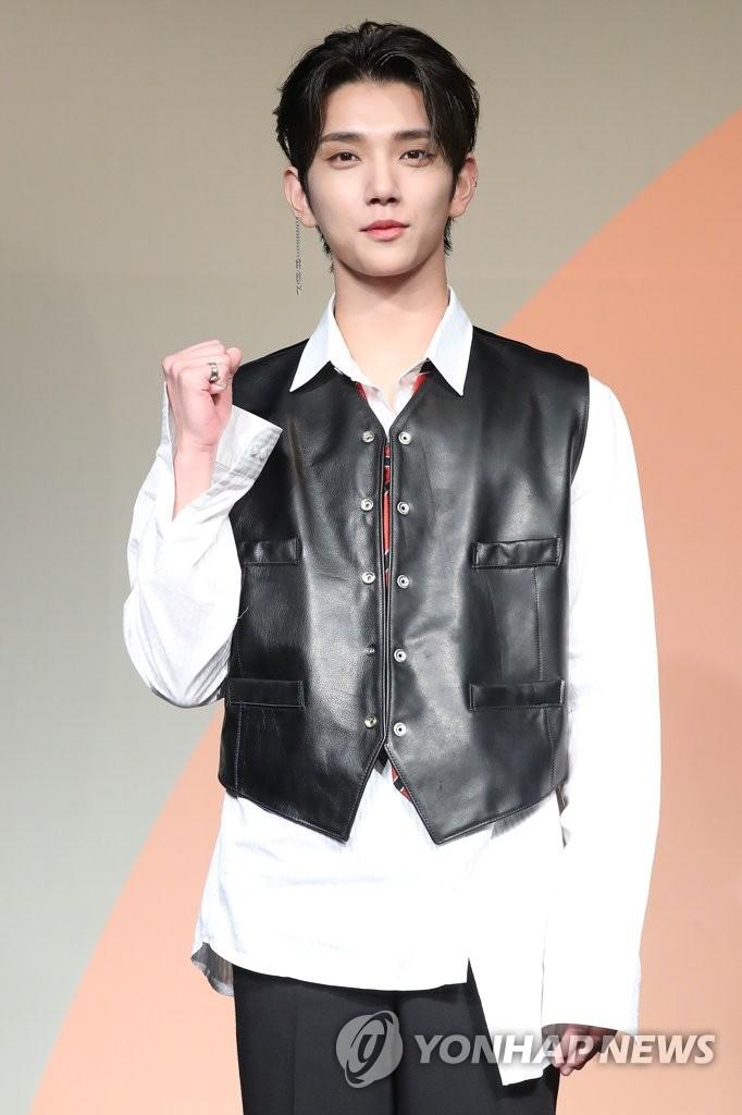 6月22日下午,在首尔COEX洲际酒店,男团SEVENTEEN举行迷你七辑《Heng:garæ》发布会。图为成员Joshua摆姿势供拍照。 韩联社