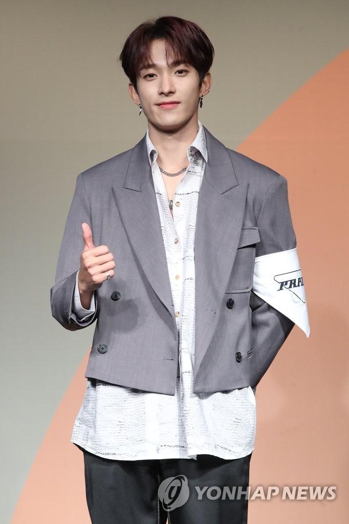 6月22日下午,在首尔COEX洲际酒店,男团SEVENTEEN举行迷你七辑《Heng:garæ》发布会。图为成员DK摆姿势供拍照。 韩联社