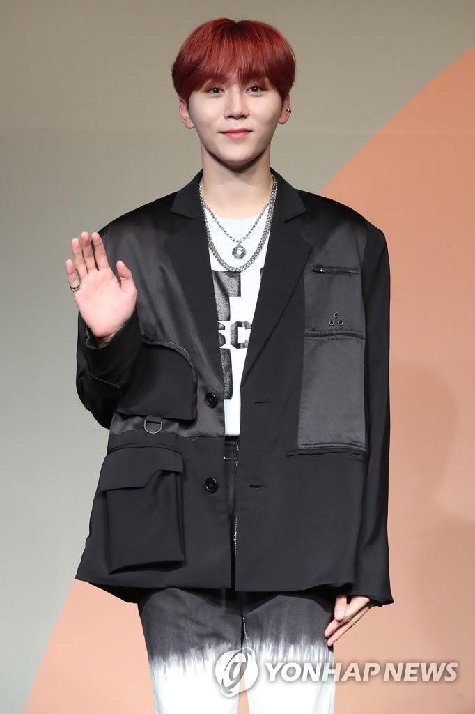 6月22日下午,在首尔COEX洲际酒店,男团SEVENTEEN举行迷你七辑《Heng:garæ》发布会。图为成员SeungKwan摆姿势供拍照。 韩联社