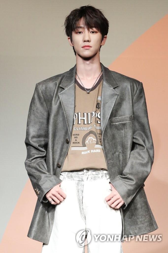 6月22日下午,在首尔COEX洲际酒店,男团SEVENTEEN举行迷你七辑《Heng:garæ》发布会。图为中国成员THE 8(徐明浩)摆姿势供拍照。 韩联社