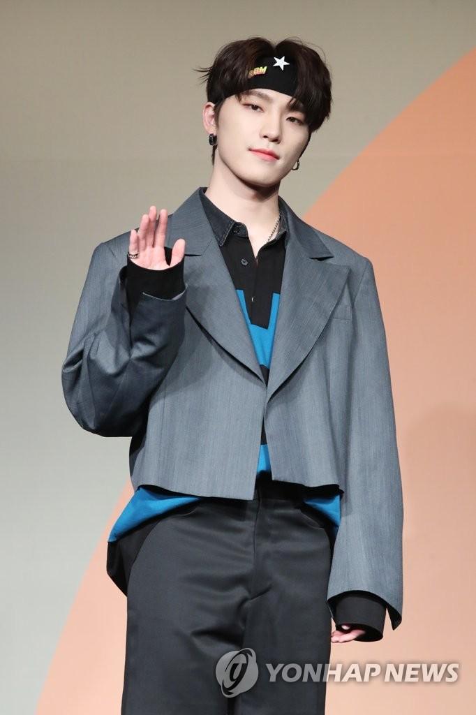 6月22日下午,在首尔COEX洲际酒店,男团SEVENTEEN举行迷你七辑《Heng:garæ》发布会。图为成员Dino摆姿势供拍照。 韩联社