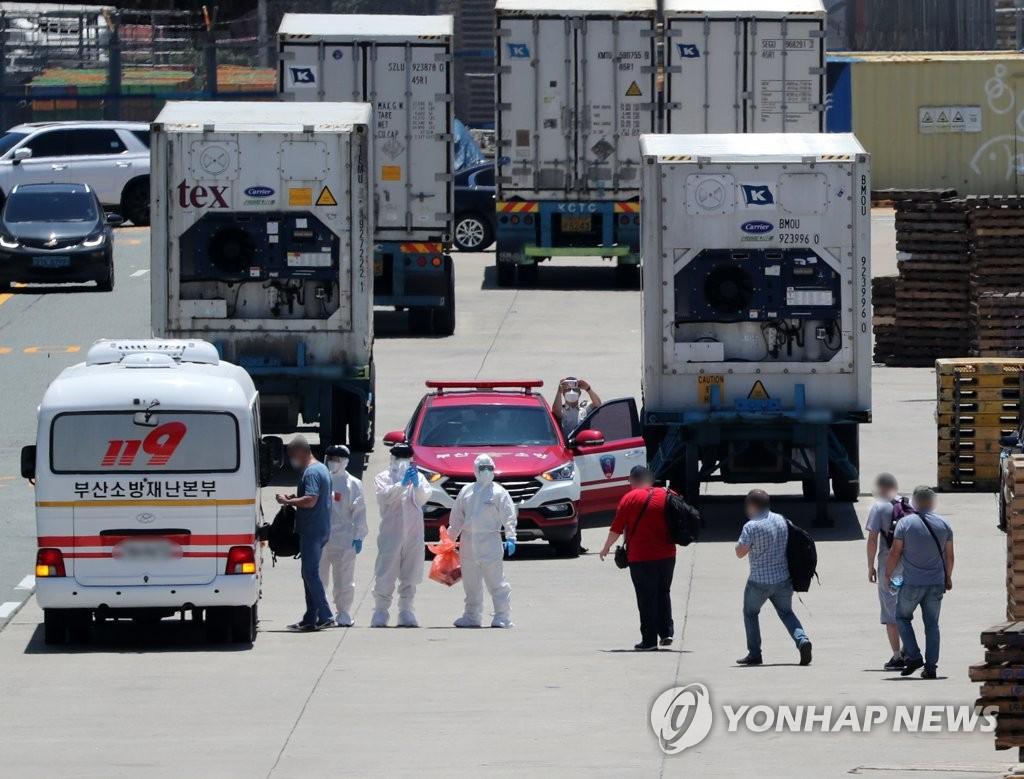 6月23日,在釜山甘川港,停靠在该港口的一艘俄罗斯籍冷冻货船A号(3401吨)上被确诊感染新冠病毒(COVID-19)的船员正被移送至釜山医疗院。该货船21名船员中已有16名被确诊。 韩联社