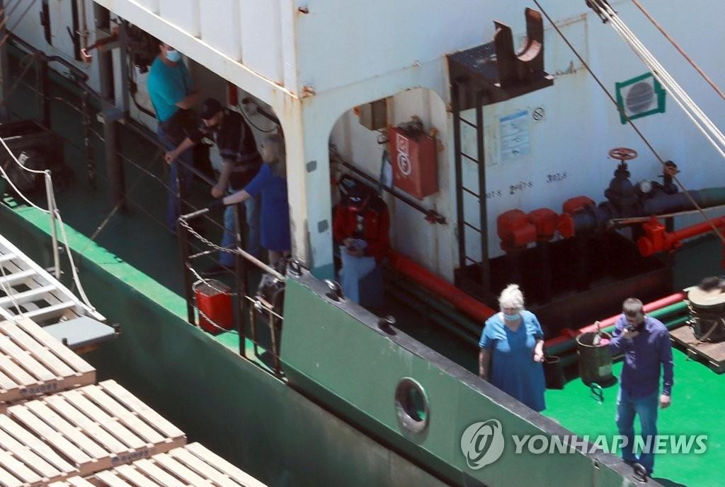 6月23日,在釜山甘川港,停靠在该港口的一艘俄罗斯籍冷冻货船A号(3401吨)上有船员确诊。 韩联社