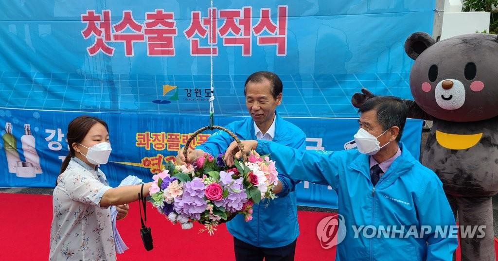 资料图片:6月24日,在江原道办公大楼前广场,江原道当地化妆品企业的对华出口装货庆祝仪式举行。 韩联社