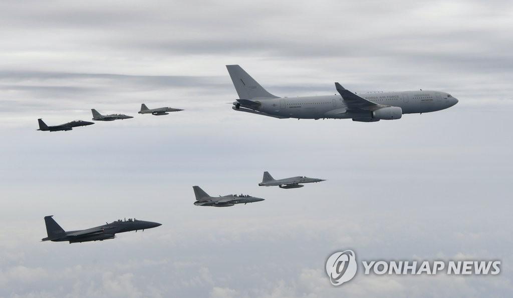 韩军首派空中加油机执行驻外部队交接任务