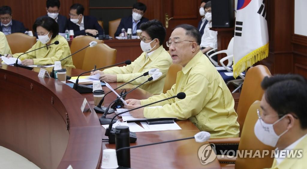 资料图片:6月25日,在中央政府首尔办公楼,韩国经济副总理兼企划财政部长官洪楠基(右二)主持召开紧急经济中央对策本部第8次会议。 韩联社