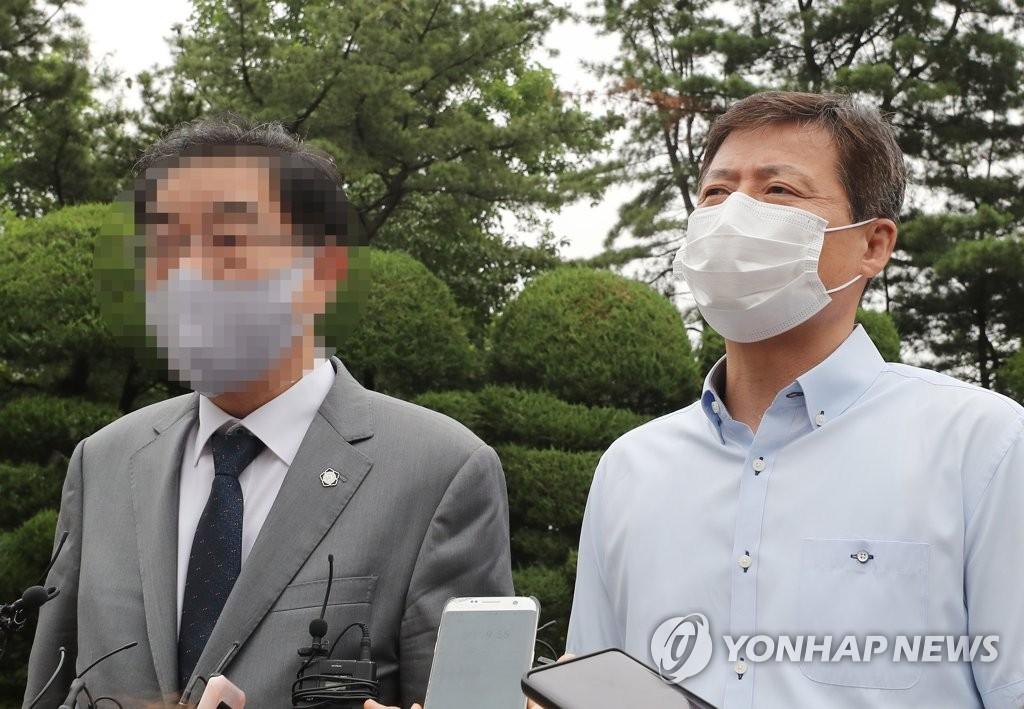 """6月29日上午,在统一部韩朝会谈总部前,脱北者团体""""大泉""""代表朴贞梧(音,右)在听证会结束后发表立场。 韩联社"""