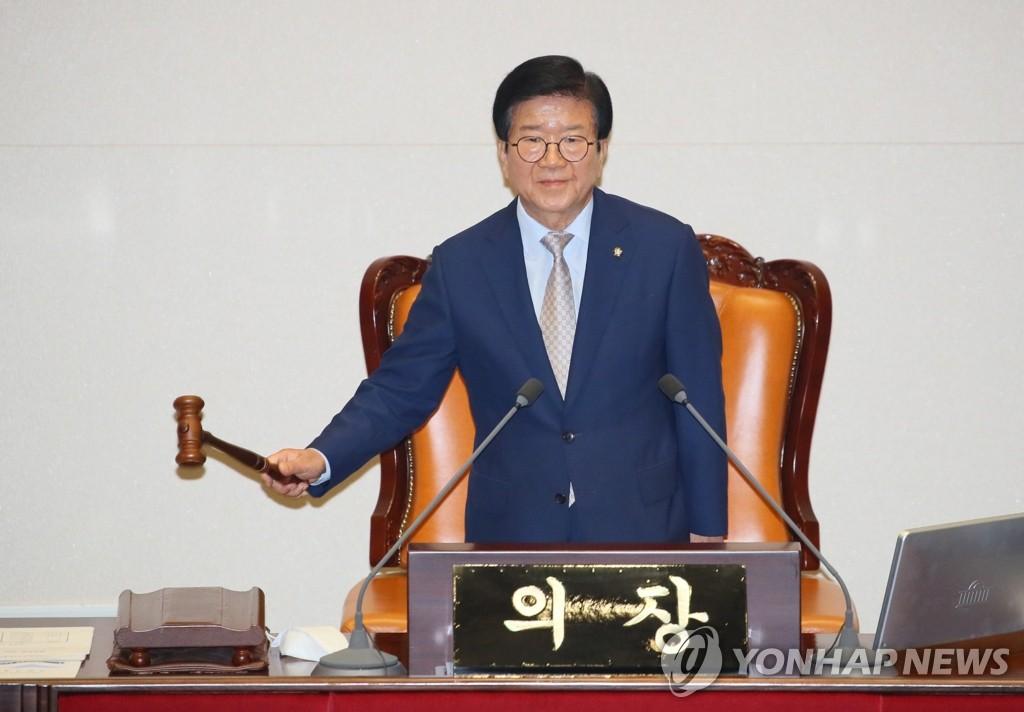 6月29日,在韩国国会,第21届国会上半期议长朴炳锡在敲槌。 韩联社