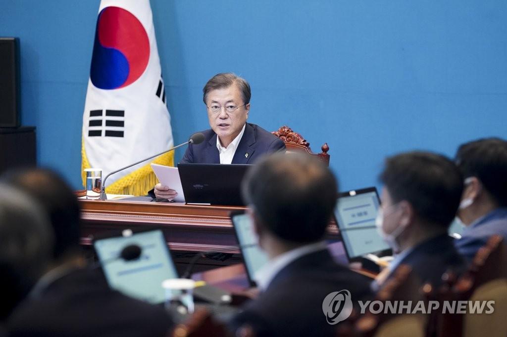 资料图片:6月29日,韩国总统文在寅在青瓦台主持首席秘书和辅佐官会议。 韩联社