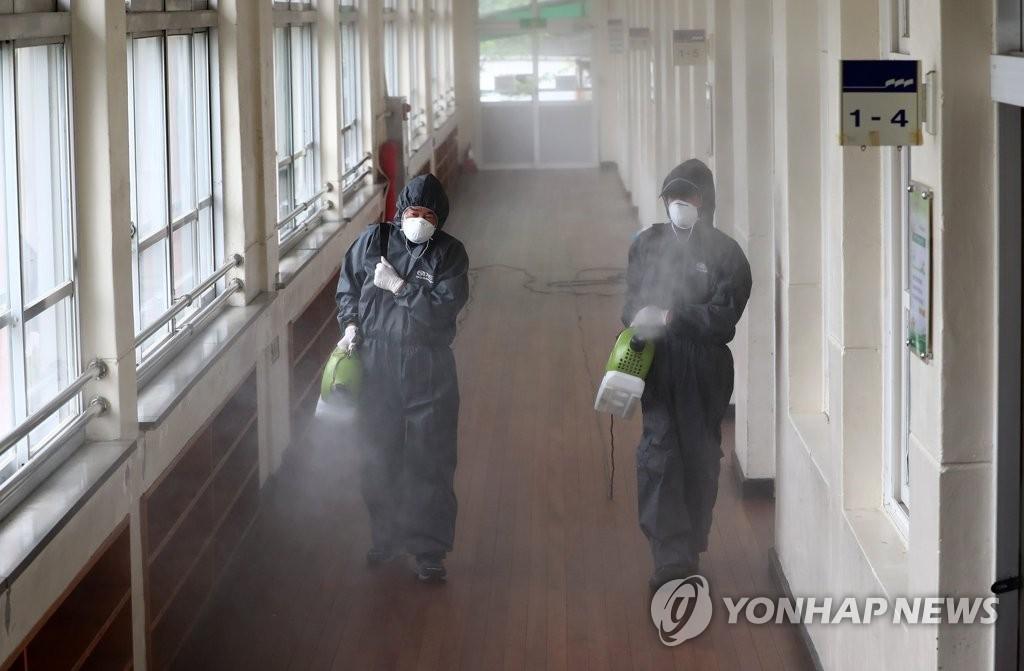 资料图片:6月30日,在位于大田市的一所小学,防疫部门对学校进行消毒防疫。 韩联社