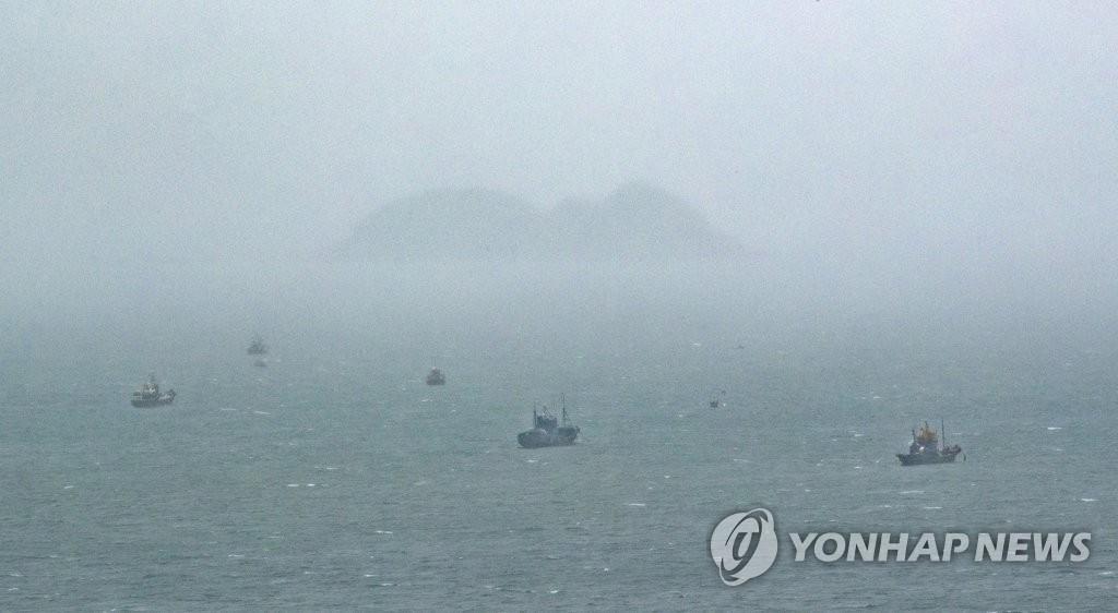 资料图片:韩国西北海域渔船捕捞景象 韩联社