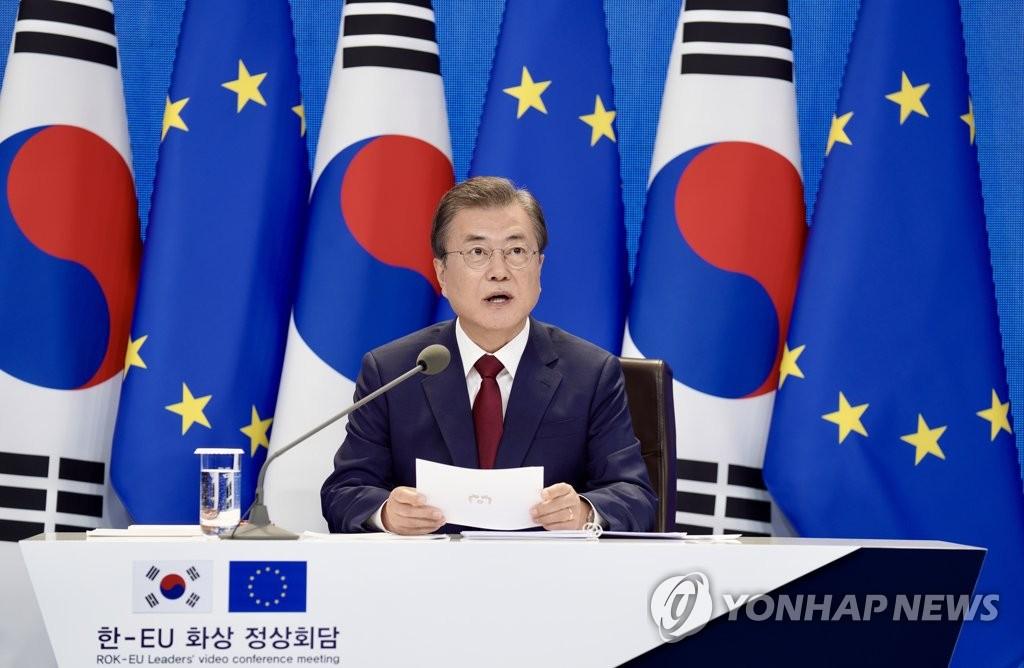 6月30日,在青瓦台,韩国总统文在寅以视频方式与欧洲理事会主席米歇尔和欧盟委员会主席冯德莱恩举行会谈。 韩联社