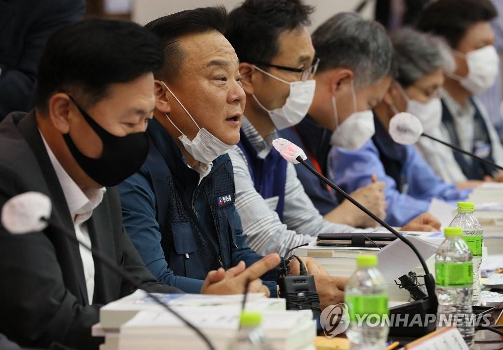 7月1日,韩国最低时薪委员会第四次会议在中央政府首尔办公楼举行。 韩联社