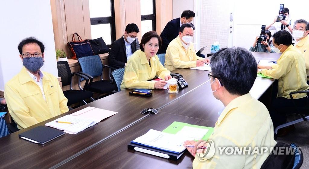 7月2日上午,在首尔,副总理兼教育部长官俞银惠(左二)在会议上发言。 韩联社