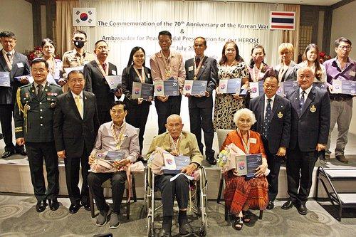 韩战参战勇士获颁和平奖章