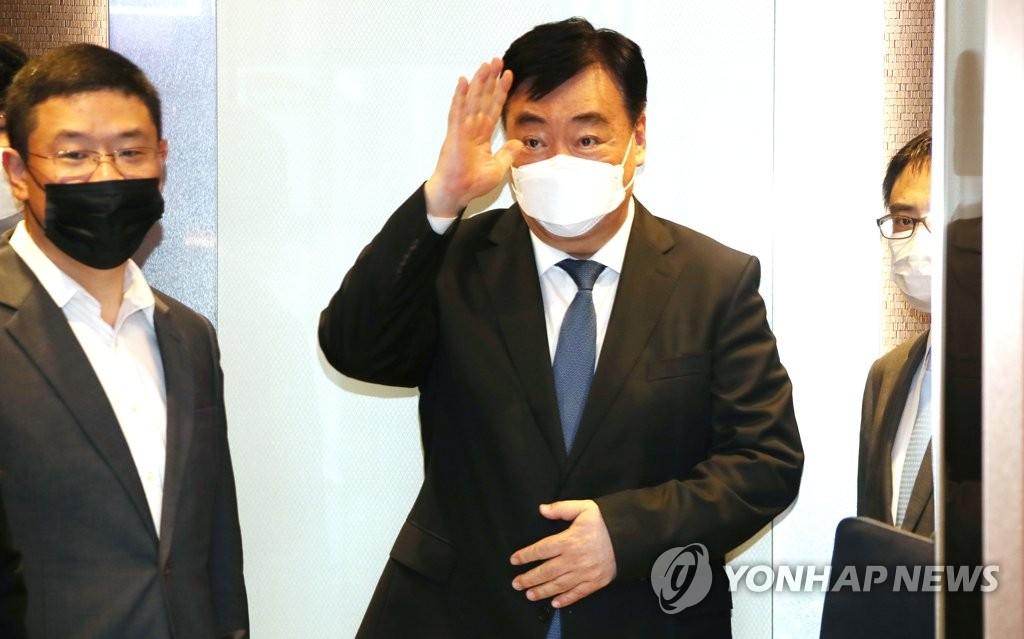 资料图片:7月3日,中国驻韩大使邢海明(左二)一行抵达韩国外交部大楼。 韩联社